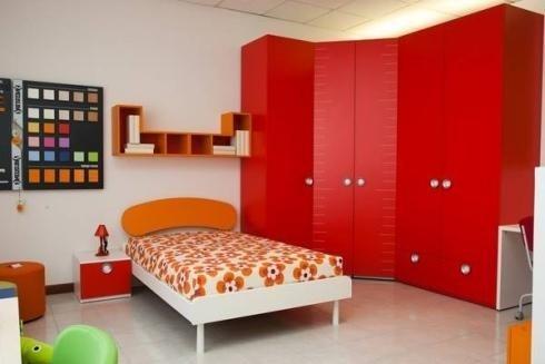 Cameretta con armadio rosso