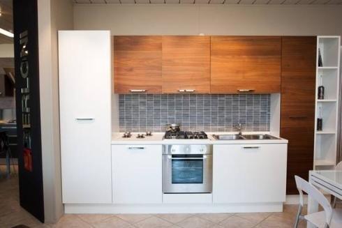 Cucina bianca e legno