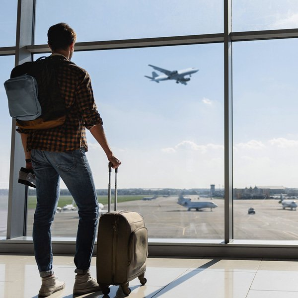 viaggiatore in aeroporto