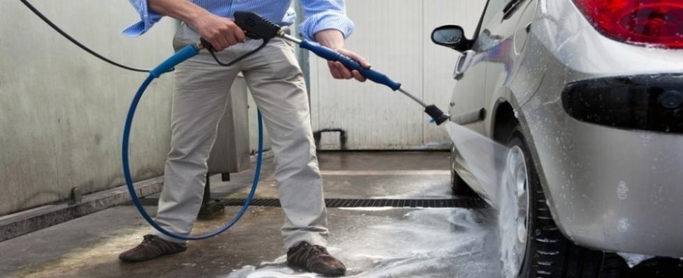 Lavaggio a mano auto di prestigio