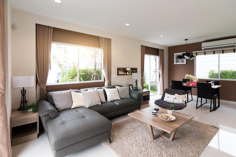 Interno di un salotto con mobili di grandi dimensioni