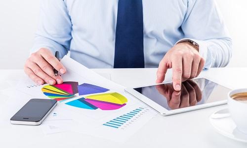 smartphone e tablet su una scrivania