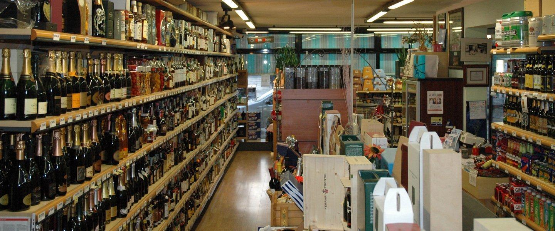 interno di una enoteca con assortimento di vini