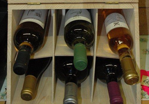 Espositore con bottiglie di vino
