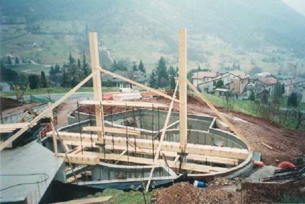 un edificio in costruzione con travi in legno