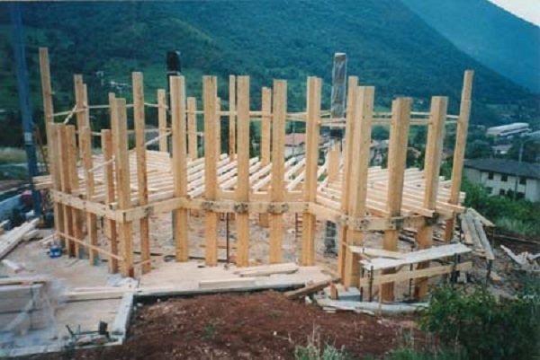 delle travi in legno di un edificio in costruzione