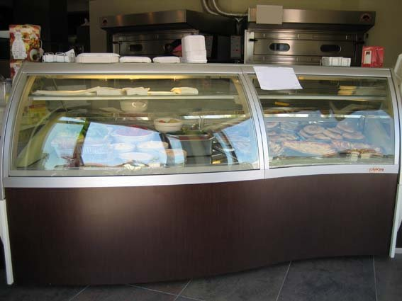 fornitura di banco bar su misura, con vetrina refrigerata