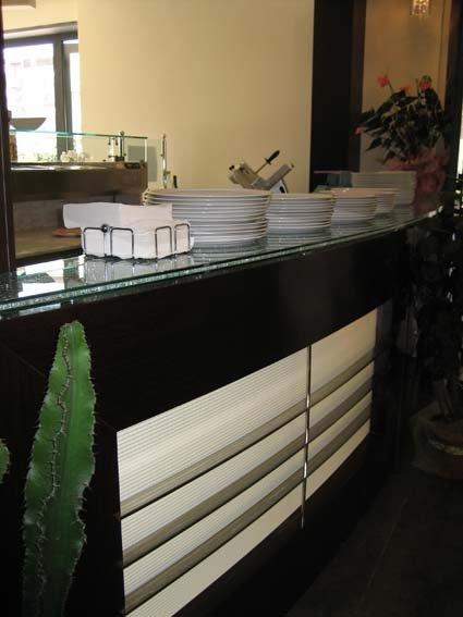 vista laterale di un bancone di un bar ner e bianco