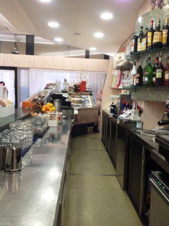 interno di un bar con vini nel scaffale
