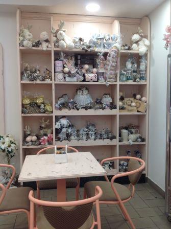 vista interna di una stanza con giocattoli in vetrina e tavolo e sedie