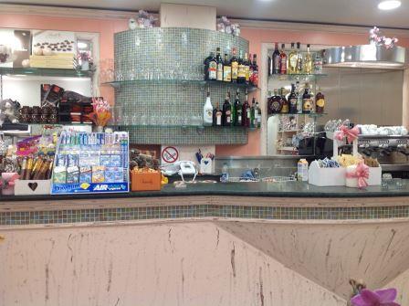 vista frontale di un bancone del bar con oggetti