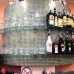 scaffale in vetro con vini in un bar