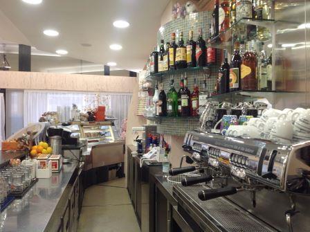 interno di un bar con vini nel scaffale e arredamenti