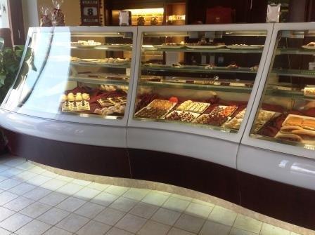 vista frontale di  un banco vetrinato per eporre piattini o panini