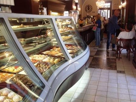 vista laterale di un banco vetrinato per eporre piattini o panini