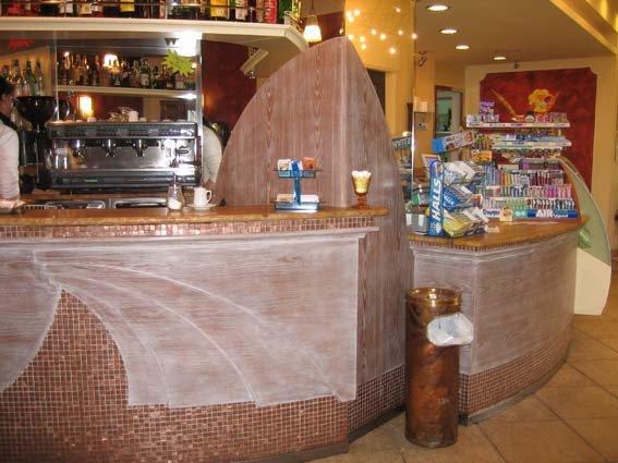 bancone del un bar con prodotti e arredamenti