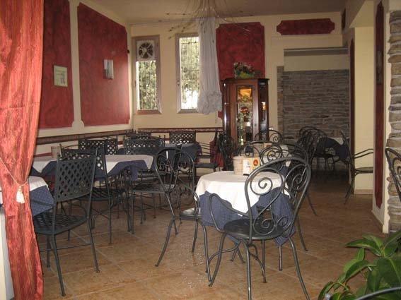 tavoli apparecchiati nel ristorante con arredamenti