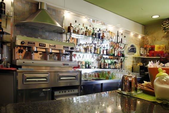 interno di un bar con tavoli apparecchiati