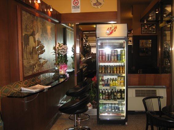vista interna di un bar con una vetrina