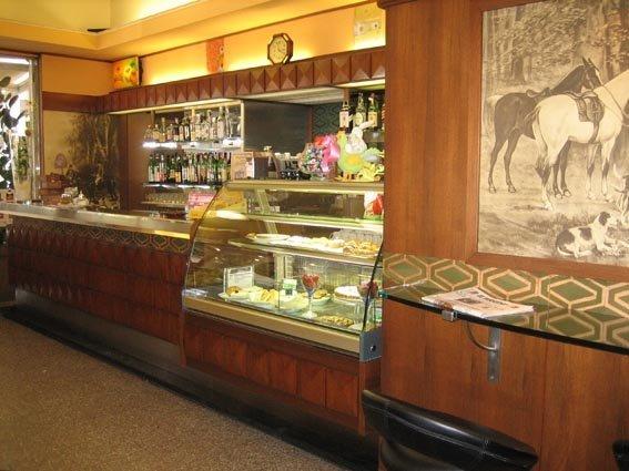 bancone in legno di un bar
