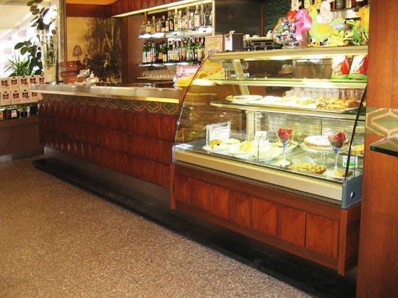 bancone in legno e gelateria di un bar