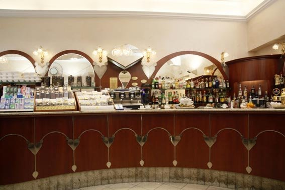 bancone di un bar in legno in stile con arredamenti