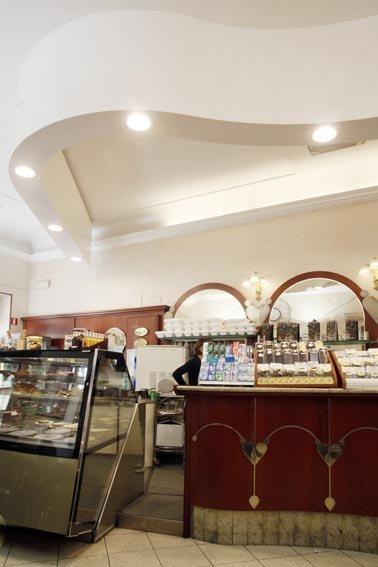 banco frigo e bancone di un bar con soffitto bianco