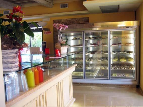 vetrina in bar moderno con prodotti