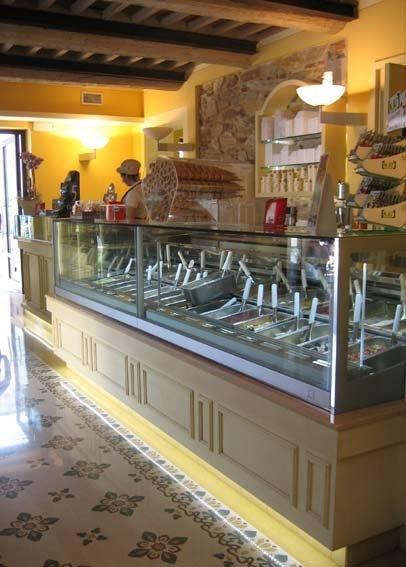 vista angolare di banco gelateria