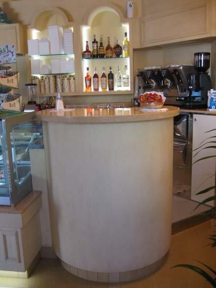 bancone di un bar bianco con prodotti