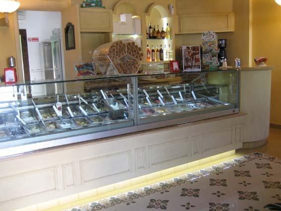 vista laterale di banco gelateria