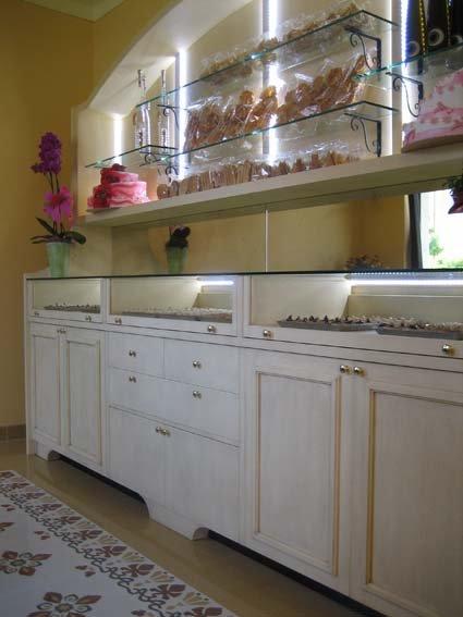 Vetrina refrigerata in vetro con bancone in legno con arredamenti