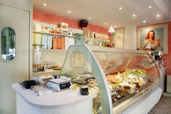 una vetrina gelateria in un bar