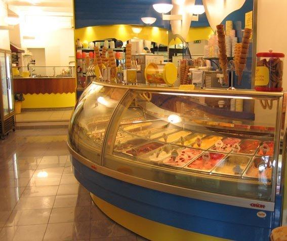 vista di una gelateria con tema gialla