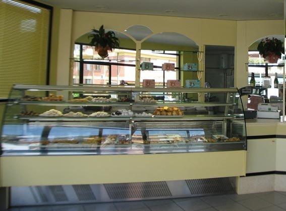 banco bar giallo con alimenti