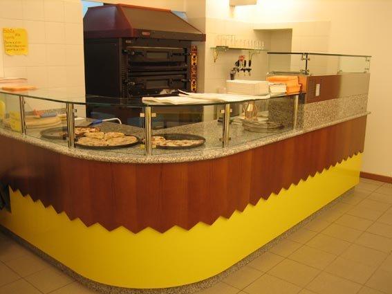 bancone ad angolo di un bar giallo e marrone