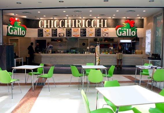 vista interna di un bar con scritta su insegna CHICCHIRICCHI E GALLO