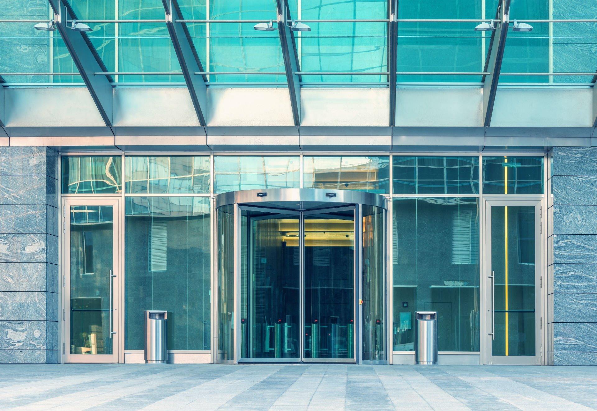 ingresso edificio con porta girevole