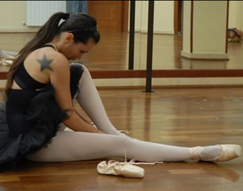 ballerian mentre si prepara per la lezione di danza