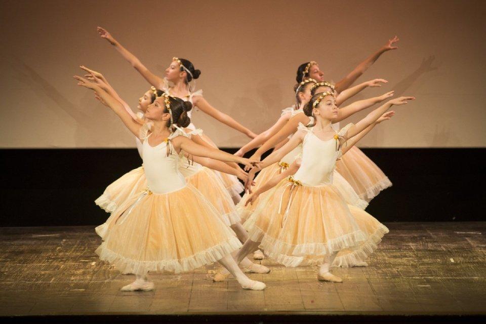 classe di danzatrici classiche durante esibizione