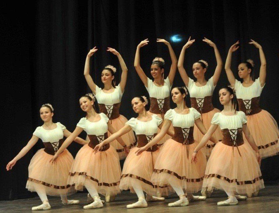 gruppo di danza moderna durante esibizione coreografica