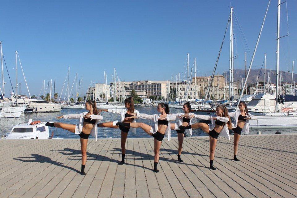 gruppo di ballo durante la fase di saluti finali