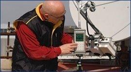 operaio mentre controlla antenne radio