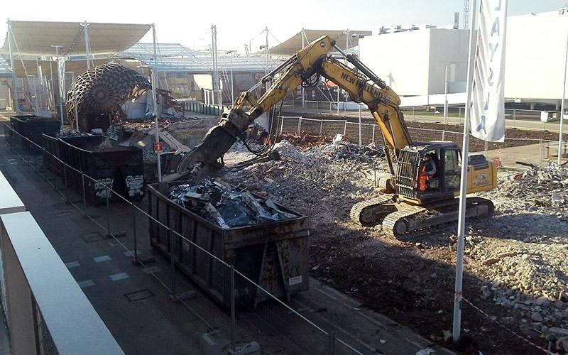 Demolizione con escavatore