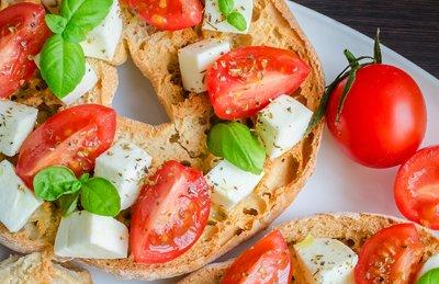 frisella con pomodori, basilico e mozzarella