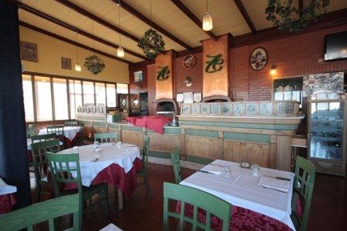 bancone bar e tavoli