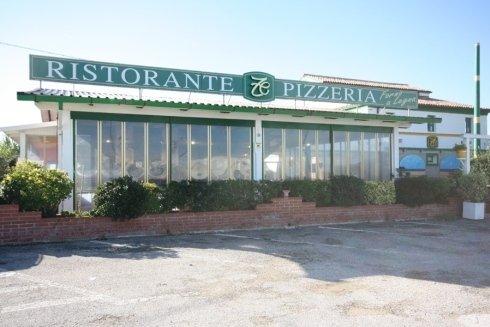 vetrate del ristorante con insegna esterna
