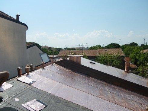 Copertura tetto con profilati di rame