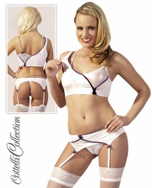 una donna che indossa lingerie di color bianco