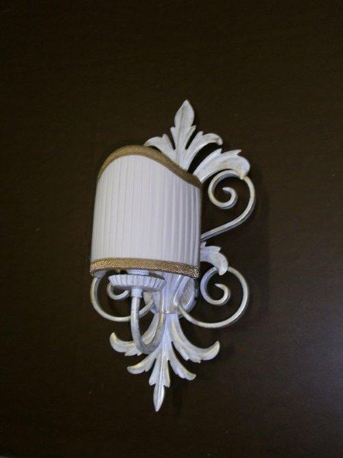 Lampadina di parete con ornamento di metallo in forma di foglio